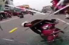 آسیب دیدن شدید راننده موتور به دلیل خلاف رفتن کامیون در خیابان