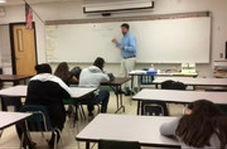 واکنش عجیب و دیدنی یک معلم به خوابیدن یکی از شاگردانش!