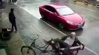 تصادف عمدی یک خودرو با پیرمرد دوچرخه سوار