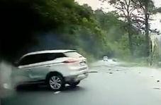 سقوط وحشتناک سنگ بر روی خودرو در جاده کوهستانی