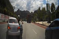 دور زدن یک راننده بر روی خط ممتد و مرگ دردناک یک موتورسوار