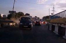 تصادف شاخ به شاخ پس از برخورد خودروی ون با جدول کنار جاده + فیلم
