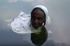 زنی که از خورشید فراری است و به آب پناه میبرد