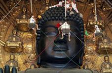 گردگیری مجسمه غولپیکر بودا در ژاپن