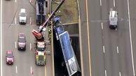 سقوط کامیونی از یک پل در بزرگراه آمریکا + فیلم