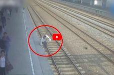لحظه ناکام ماندن مسافر قطار برای خودکشی!