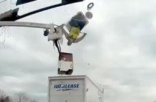 کارگر برقکار بر اثر برخورد کامیون از بالابر سقوط کرد