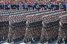 نظامیانی که همچون ربات رژه میروند