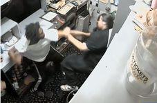 حمله با توپ بولینگ به کارمند سالن بولینگ!