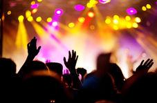 حادثه غافلگیرکننده برای خواننده حین اجرای کنسرت