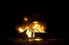 تلاش دو پلیس برای نجات راننده ماشین در حال سوختن