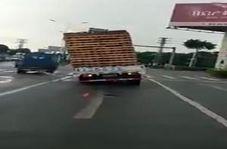وقتی بار کج، کامیون را چپ میکند