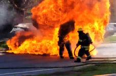 غافلگیر شدن آتش نشانان از تشدید شعلههای حریق خودرو!