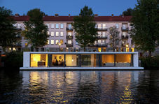 خانه عجیب شناور روی آب