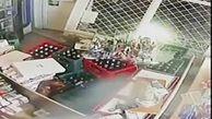 ورود ناگهانی یک زن با خودرو به مغازه برای سرقت