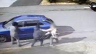 لحظه حمله سارقان برای ربودن خودروی زن میانسال