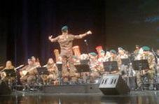 اجرای یک کنسرت ایرانی با لباس تکاوران ارتش
