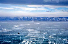 زدن کامیون به دل دریاچه یخی + فیلم