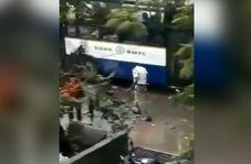 اقدام تحسین برانگیز مأمور پلیس در روز بارانی