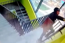 سقوط کارگر از راه پله بر اثر برق گرفتگی + فیلم