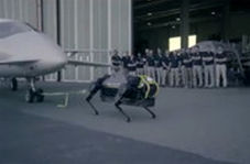 سگ ربات ۱۲۷ کیلویی، هواپیمای ۳ تنی را کشید