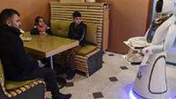 آغاز به کار ربات پیشخدمت در رستورانی در افغانستان