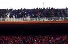 درگیری شدید هواداران استقلال و تراکتورسازی روی سکوها