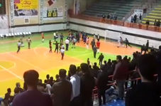فیلم/ درگیری شدید بازیکنان دو تیم فوتسال سن ایچ ساوه و شهروند ساری