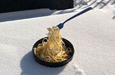 لحظاتی از زندگی در منفی ۵۰ درجه؛ وقتی غذای داغ در یک آن یخ میزند!