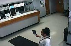 گروگان گیری یک زن با ساطور در اداره پلیس