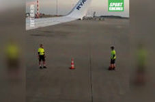 تفریح سالم دو تکنسین پرواز روی باند فرودگاه