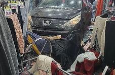 فرار خودروی سرقت شده به داخل فروشگاه پوشاک