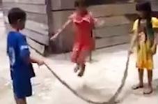 مار نگون بختی که وسیله بازی کودکان شد
