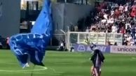 فرود میهمان ناخوانده از آسمان به زمین بازی فوتبال