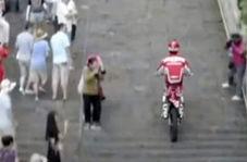 شیرینکاری موتورسوار توجه گردشگران را جلب کرد