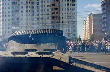 لحظه واژگون شدن تانک در رژه خیابانی!