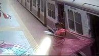 لحظه گیرکردن لباس زن هندی به درب قطار و کشیده شدنش روی زمین
