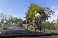 پرش ناگهانی دوچرخهسوار وسط خیابان
