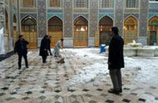 همیاری مردم به خادمان حضرت رضا (ع) در برف روبی حرم رضوی