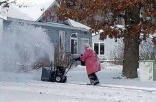برف روبی پیرزن ۸۲ ساله در دمای زیرصفردرجه!