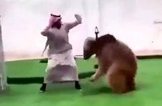 بازی کردن مرد اماراتی با خرس خود در خانه