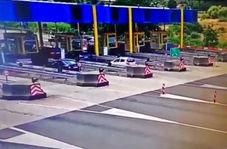 برخورد وحشتناک خودروی BMW به عوارضی بزرگراه با حداکثر سرعت!