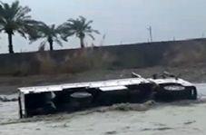 """گرفتار شدن کامیون در رودخانه طغیان کرده """"کهنشوئیه"""""""