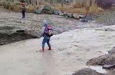 """عبور دشوار دانشآموزان از رودخانه در """"سوخسو انقلاب"""""""
