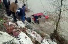فیلمی تکان دهنده از عملیات نجات ناموفق سرنشین یک خودروی گرفتار در سیلاب