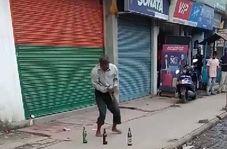 استعداد دیدنی مرد هندوستانی در اجرای یک نمایش خیابانی