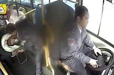 عمل انساندوستانه راننده و مسافران اتوبوس پس از تصادف آمبولانس!