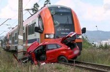 توقف مرگبار خودروی آموزش رانندگی روی ریل قطار!