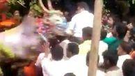 حمله وحشیانه گاو به سیاستمدار هندی