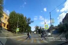 تصادف یک خودرو با دانش آموز خردسال در مقابل چشم مادرش!